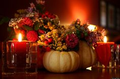 20 Fall Decorating Ideas, Expert Tips for Making Halloween Decorations and Thanksgiving Centerpieces Thanksgiving Centerpieces, Thanksgiving Table, Thanksgiving Flowers, Thanksgiving Projects, Vintage Thanksgiving, Fall Table, Thanksgiving Recipes, Thanksgiving Drawings, Autumn Centerpieces