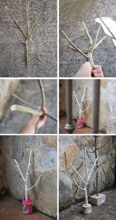Diy joyero con una rama de árbol. Una manera muy natural de ordenar tus joyas Collares, anillos, colgantes, brazaletes…pon orden entre tus joyas con este original joyero. El proceso para hacerlo es muy sencillo… Lo primero será buscar una rama y a continuación podarla dejándola bien limpia. Los pasos a seguir son estos: Pinta la rama a tu gusto Mete la rama en un bote con cemento, y déjala secar al menos 24 horas Desmolda y pinta la base de cemento Por último, barniza la base