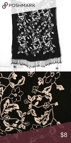 ᗷᒪᗩᑕK ᗩᑎᗪ ᗯᕼITE ᔕᑕᗩᖇᖴ ᖴᒪOᗯEᖇᔕ🌺ᗩᑎᗪ ᖴᖇIᑎGE. ᒪOᐯE ᗩᑎᗪ ITᔕ ᔕOᖴT. I ᗩᗰ ᑕᒪEᗩᑎIᑎG OᑌT. OᖴᖴEᖇᔕ ᑕOᑎᔕIᗪEᖇEᗪ Accessories Scarves & Wraps