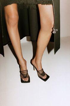 Bottega Veneta Resort 2021 collection, runway looks, beauty, models, and reviews. Vogue Paris, High Fashion, Fashion Shoes, Beautiful High Heels, How To Make Clothes, Trendy Shoes, Mannequins, Bottega Veneta, New Shoes