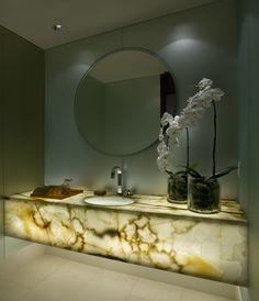 jasno-zielony onyks w łazience; backlit green onyx; onyks do podświetlania,