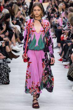 Valentino Spring 2020 Ready-to-Wear Fashion Show - Vogue Fashion Week Paris, Fashion 2020, 90s Fashion, Runway Fashion, Spring Fashion, High Fashion, Womens Fashion, Fashion Tips, Fashion Design
