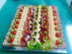 Nice food trays for party Party Snacks, Appetizers For Party, Appetizer Recipes, Meat Platter, Food Garnishes, Garnishing, Party Buffet, Food Displays, Food Decoration