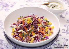 Ensalada de lombarda y zanahoria con salsa de yogur y sésamo