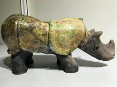 De neushoorn plaatsgevonden in aarde met een raku-stoken. Het weegt 2 kg 500 en het is 25 cm hoog en 40 cm in lengte. De raku stoken is een Japanse voorouderlijke methode, namelijk het veroorzaken van thermische schokken tijdens het koken. Alle elementen worden gebruikt de aarde (het object), vuur (oven), lucht (scheuren) en water (Openbaring van emaille)