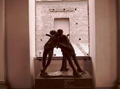 Escultura Adão e Eva, de Eugênio Prati. Pinacoteca do Estado. Fotografia de Mônica Yamagawa