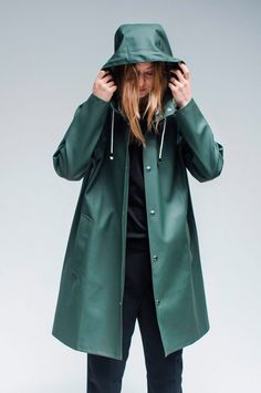 Stutterheim Mosebacke green raincoat is the A-line version of Stutterheim's iconic raincoat. This unisex model has a fashion forward silhouette, with a spacious cut. It is handmade in rubberized cotto Baby Raincoat, Hooded Raincoat, Rain Coat Hooded, Clear Raincoat, Raincoat Outfit, Green Raincoat, Tumblr Outfits, Vestidos, Vintage Clothing