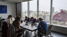 Tegenwoordig kiezen steeds meer mensen om in groep te studeren. Vaak verkiezen ze rustige plaatsen waar ze samen kunnen blokken. Dit kunnen verschillende plaatsen zijn zoals: jeugdcentra, bedrijven, nachtclubs... Deze evolutie vinden onderzoekers positief. Samen leren is socialer en beter voor de concentratie. Anderen zien studeren doet studeren.