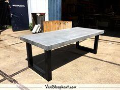 Nero beton tafelblad met een robuust frame als tafelpoten