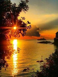 Peek-a-boo Sunrise Waterfront View Amazing Sunsets, Amazing Nature, Beautiful World, Beautiful Images, Landscape Photography, Nature Photography, Amazing Photography, Image Nature, Beautiful Sunrise