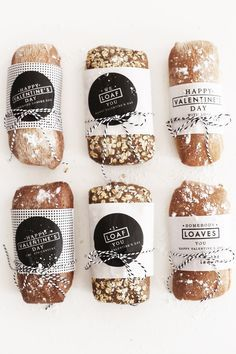 Somebody Loaves You Valentine's Day Gift DIY Valentine's Day gift idea for homemade bread wrapped in free printable Valentine's labels Sandwich Packaging, Bread Packaging, Cookie Packaging, Gift Packaging, Packaging Ideas, Bakery Branding, Bakery Packaging, Food Packaging Design, Bakery Puns