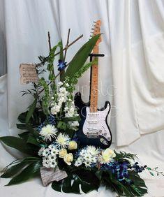 Arrangement floral avec guitare. Arrangements Funéraires, Funeral Arrangements, Floral Arrangement, Music Flower, Ideas Para Fiestas, Funeral Flowers, Flower Decorations, Memorial Ideas, Make It Yourself