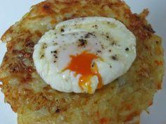 Una receta para hacer en pocos minutos: tortitas de patata, cebolla y zanahoria con huevo escalfado