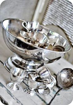 I really relish the traditional design of this punch bowl. Elegance of days gone by. My goal is to restore elegance in everyday living. Nice, do you think so too?