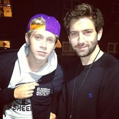 okay niall just looks really hot right here. and i bet you anything thats a lakers hat!!! so attractive!!