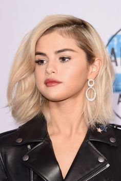 Selena Gomez's hair colorist breaks down her new quot; Short Hair Lengths, Short Hair Styles For Round Faces, Hairstyles For Round Faces, Vintage Hairstyles, Cool Hairstyles, Selena Selena, Selena Gomez Mom, Rachel Green, Selena Gomez Blonde Hair