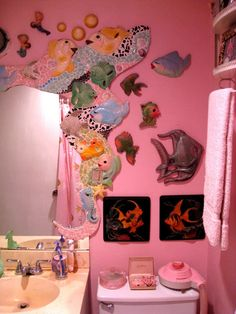 House Tour: Jennifer's Cool and Kitschy Austin Home! Kitsch Decor, D House, House Rooms, Estilo Kitsch, Austin Apartment, Austin Homes, Austin Texas, Retro Bathrooms, Art Japonais