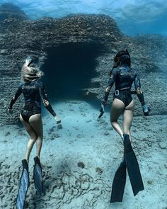 Görüntünün olası içeriği: bir veya daha fazla kişi ve açık hava Underwater Photography, Photography Women, Scuba Diving, Under The Sea, Summer Vibes, Places To Travel, Beautiful Places, Surfing, Swimming