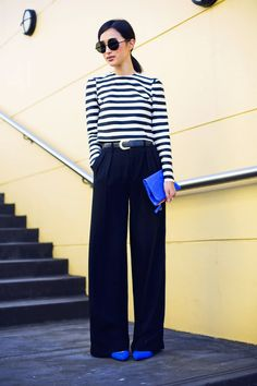 Gary Pepper Girl has a black and white outfit we'd love for the office: a classic black and white striped top tucked into wide-leg black pants (the blue clutch brightens it up a bit) Street Mode, Street Wear, Outfit Elegantes, Gary Pepper Girl, Moda Formal, Quoi Porter, Looks Street Style, Looks Black, Summer Work Outfits
