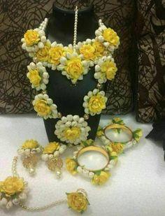 Wedding Indian Flowers Mehendi Ideas For 2019 - Modern Indian Wedding Jewelry, Bridal Jewelry, Indian Bridal, Silver Jewelry, Glass Jewelry, Gold Jewellery, Jewlery, Flower Jewellery For Mehndi, Flower Jewelry