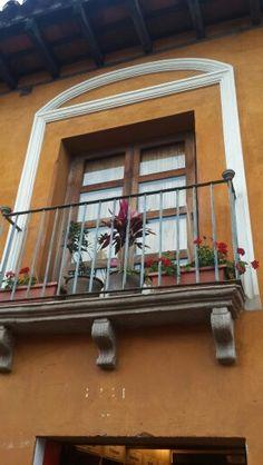 Balcón, estilo colonial. ANTIGUA GUATEMALA.