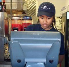 Natasha Obama, filha de Barack, começa as férias trabalhando em restaurante