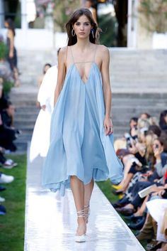 vogue fashion Jacquemus Spring/Summer 2019 Ready-to-Wear Vogue Fashion, Fashion Week, Runway Fashion, Spring Fashion, High Fashion, Fashion Show, Fashion Outfits, Fashion Trends, Fashion 2017