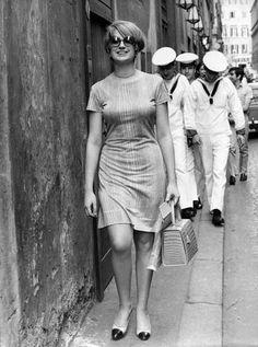 Moda anni 60, ballerineLe ballerine, soprattutto con punta colorata, erano un must have degli anni 60. Eccole indossate dalla cantante Mina
