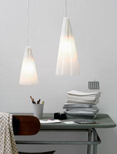 Van een fitting, strijkijzersnoer en wit bakpapier maak je eenvoudig mooie sfeerverlichting voor in huis.