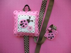Cute!  I like the design of this, the squares, scalloped cutting and stitching!