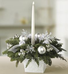 Originelle Weihnachtsdeko-Ideen zum Selbermachen Idées Originales de Déco de Noël à Faire Soi-Même, Snowflake Centerpieces, Christmas Flower Arrangements, Winter Wedding Centerpieces, Christmas Table Centerpieces, Christmas Table Settings, Christmas Flowers, Silver Christmas, Christmas Candles, Christmas Wreaths