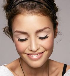Natural makeup with dramatic lashes and matte lids.