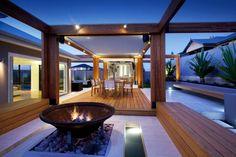 foyer-exterieur-vasque-galets-decoratifs-terrasse-bois-coin-repas-eclairage-exterieur