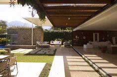 Indio da Costa cria casa de praia onde jardim e sala se misturam
