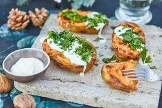 A töltött krumplik akár köretként, akár egy komplett fogásként is megállják a helyüket. Ez most egy körözöttes verzió, ami akár egy gyors vacsinak is beillik, de ha egy egyszerű vega ebédet szeretnétek, akkor is tökéletes választás. :) Clean Recipes, Healthy Recipes, Vegetarian Recepies, Salmon Burgers, Sweet Potato, Main Dishes, Food And Drink, Lunch, Cooking