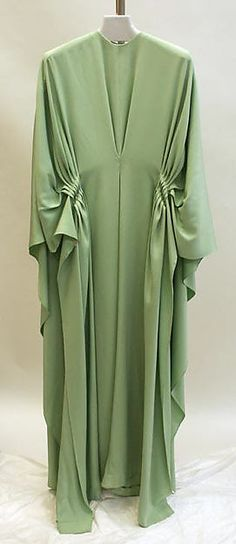 Caftan Madame Grès (Alix Barton) (French, Paris Var region) Date: Culture: French Medium: silk Sehr interessante Ausschnittlösung. Madame Gres, Hijab Fashion, Korean Fashion, Fashion Dresses, Nail Fashion, Muslim Fashion, Punk Fashion, Lolita Fashion, 1960s Fashion