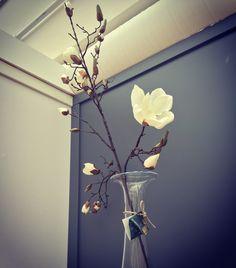 Magnor - vasen dråpen av Finn Schjøll Vase, Candle Sconces, Wall Lights, Candles, Trends, Lighting, News, Home Decor, Homemade Home Decor