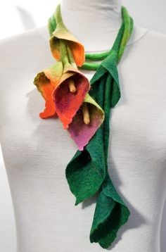 Would I dare to wear this, even tho I love lilies? Textile Jewelry, Fabric Jewelry, Nuno Felting, Needle Felting, Felt Flowers, Fabric Flowers, Mundo Hippie, Felt Necklace, Scarf Necklace