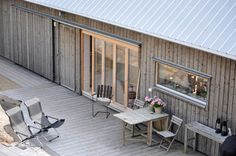 Val: Slåtteråsen - fint med vitriol och fönster/rännor i aluminium! Scandinavian Cabin, Shed Homes, Small Buildings, House In The Woods, Exterior Design, Exterior Rendering, Building A House, Boat Building, Building Plans