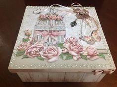 Caixa decorada em Scrapdecor com detalhes em resina, metal, fitas, cordões e pérolas.  Forrada interna e externamente com papel de scrap  Medidas aproximadas