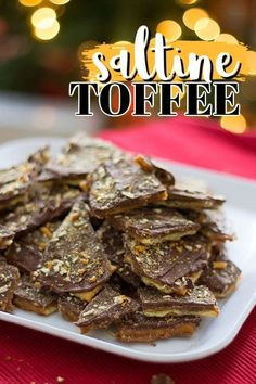 Making toffee from Saltine crackers is easy! This Saltine toffee recipe only uses 4 ingredients and makes a great edible Christmas gift. Christmas Crack, Christmas Cooking, Christmas Desserts, Christmas Cakes, Christmas Goodies, Christmas Recipes, Xmas, Mini Desserts, Just Desserts
