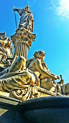 Dettaglio della fontana davanti al parlamento, Vienna. Foto scattata da Fulvia Marai,  2016. Cellulare e gioco di filtri ad altro contrasto.