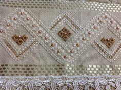 Toalha para lavabo ,cor nude, Karsten Melina, de ótima qualidade; bordada a mão, com fio de algodão egípcio, pérolas ABS e acabamento com renda guipir ou festoné.