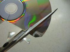 CD in das Behältnis legen und mit kochendem Wasser übergießen. Ca. zehn Minuten warten.  Schritt 2: CD vorsichtig herausnehmen und kurz abkühlen lassen, damit Ihr Euch die Finger nicht verbrennt. Dann aber noch unbedingt im warmen Zustand anfangen, die CD in die gewünschten Teile zu zerschneiden. Solange die CD noch warm ist, ist sie viel elastischer und Ihr tut Euch nicht so schwer beim Schneiden.