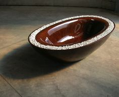 another wood tub, this time with overflow into pebbles on rim. pretty. this one looks highly polished inside.