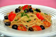 Esparguete de atum e tomate cherry