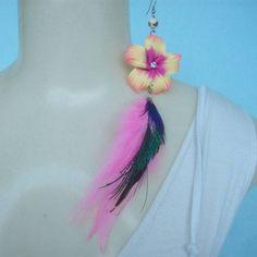 Brinco de penas coloridas artificialmente com penas de pavão. R$ 5,00
