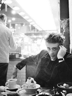 James Dean in einem Restaurant, Quelle: Dennis Stock: James Dean - Bilder einer Legende, Knesebeck Verlag 2005