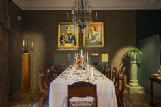 Baroque dining room of the Näsilinna palace. / Näsilinnan palatsin uusbarokkinen ruokasali. www.valaistusblogi.fi Vintage Decor, Baroque, Table Settings, Vintage Fashion, Lighting, Antiques, Blog, Home Decor, Style