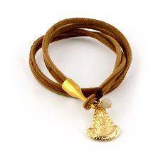 Gargantilla Virgen del Rocio    Gargantilla o pulsera de doble vuelta montada en cuero rústico de 3mm. En el cierre garfio le cuelga una medalla dorada de la virgen del Rocío de 3x2cm con una bolita de cristal swarovski.